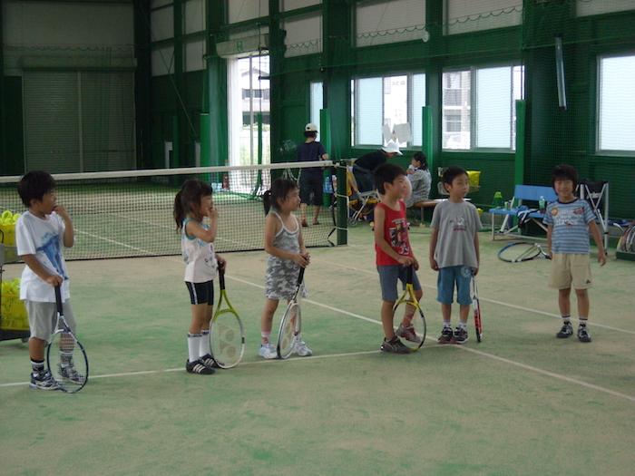 テニスの練習をする子供達