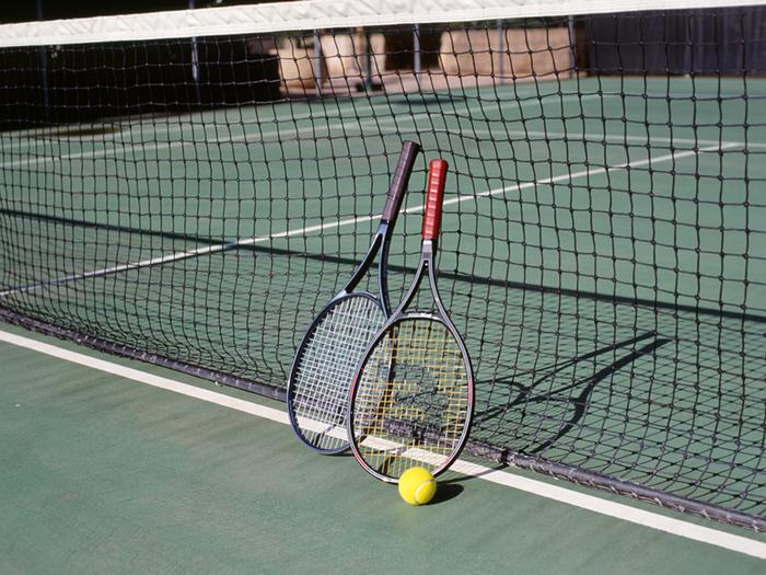 ネット際に置かれたテニスラケット