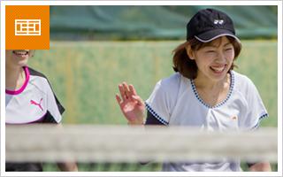 テニスを楽しむ女性達