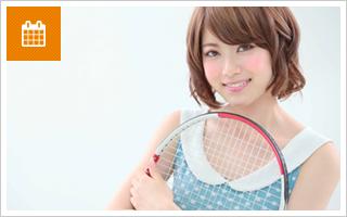 テニスラケットを抱える女性